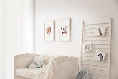 Спальня младенца украшенная с изображениями стоковые фото