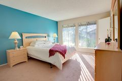 Спальня хозяев в современном доме Стоковые Изображения RF