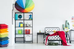 Спальня ` s ребенк радуги уютная стоковая фотография