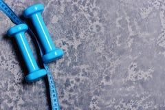 Спарите штанг и ленты измерения Оборудование формировать и фитнеса стоковые фотографии rf