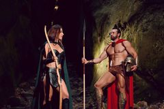 Спартанский ратник и его женщина в древесинах стоковые фото