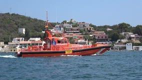 Спасательная лодка защищая воды Менорки Испании сентября 2017 сток-видео