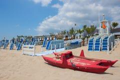 Спасательная лодка на береге и голубом небе Стоковое Фото