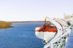 Спасательные шлюпки, палубы и кабины на стороне cruiseship Крыло идущего моста вкладыша круиза Белое туристическое судно на остро стоковая фотография rf