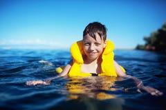 спасательный жилет мальчика Стоковые Фотографии RF