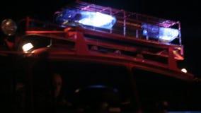 Спасательная команда управляя пожарной машиной для того чтобы потушить огонь видеоматериал