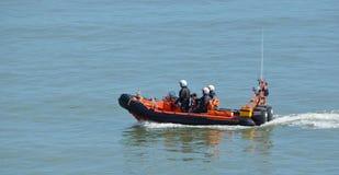 Спасательная лодка и экипаж RNLI Inshore на Felixstowe стоковые изображения