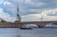 Спасательная лодка наблюдая мостом троицы Стоковая Фотография RF
