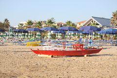 Спасательная лодка на сиротливом пляже Стоковые Фото