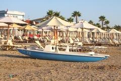 Спасательная лодка на сиротливом пляже Стоковые Изображения RF