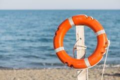 Спасательный жилет на песчаном пляже Стоковые Изображения RF