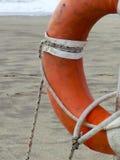 Спасательный жилет на песчаном пляже Стоковые Изображения