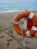 Спасательный жилет на песчаном пляже Стоковое Фото