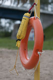 Спасательный жилет на песчаном пляже Стоковая Фотография RF