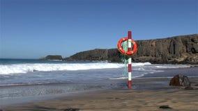 Спасательный пояс на столбе перед атлантическими волнами видеоматериал