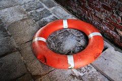 Спасатель на мостоваой grunge около кирпичной стены Стоковые Фото