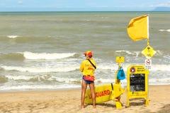 2 спасателя пляжа в тележке патруля прибоя Стоковые Фото