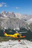 Спасение горы с вертолетом в Альпах. Стоковая Фотография RF