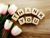 Спасибо алфавит помечает буквами предпосылку слова деревянную с винтажным фильтром стоковое фото