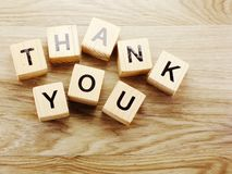 Спасибо алфавит помечает буквами предпосылку слова деревянную с винтажным фильтром стоковые изображения rf