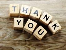 Спасибо алфавит помечает буквами предпосылку слова деревянную с винтажным фильтром стоковое изображение rf