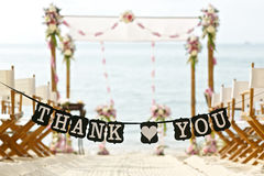 Спасибо формулирует знамя на красивых стульях установки свадьбы на пляже Стоковые Изображения RF