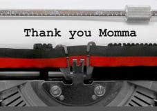 Спасибо фраза Momma старой машинкой на белой бумаге стоковые фотографии rf