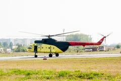 Спасители нагружают в вертолет MI-8 Стоковое фото RF