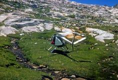 Спасите вертолет принимая от лужка высокой горы Стоковые Фото