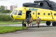 Спасители нагружают в вертолет MI-8 Стоковое Изображение RF
