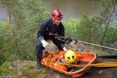 Спаситель на веревочке, работает специальные подразделения милиции стоковые фотографии rf
