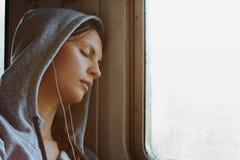 Спать девушка в поезде Стоковое Изображение RF