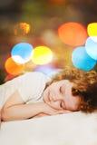 спать девушки На фоне bokeh радуги Стоковое фото RF
