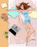 Спать женщина на кровати Стоковые Изображения
