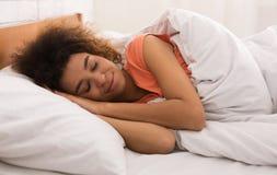 Спать женщины, лежа в кровати удобно и блаженно стоковые фотографии rf
