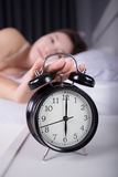 Спать и бодрствование женщины до поворачивают будильник в mornin Стоковая Фотография