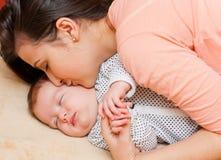 спать мати младенца целуя Стоковые Фотографии RF