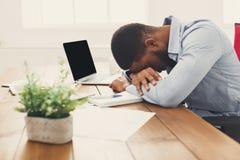 Спать перегружающ черного бизнесмена с компьтер-книжкой Стоковые Изображения RF