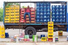 Спать работник доставляющий покупки на дом Стоковое фото RF
