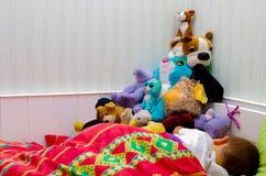 Спать ребенок с мягкими игрушками Стоковое Изображение RF