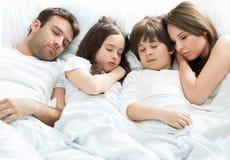 Спать семьи из четырех человек стоковая фотография