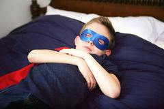 Спать супергероя мальчика Стоковая Фотография