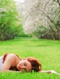 спать травы девушки Стоковое Изображение