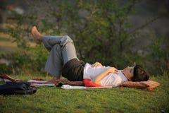 спать травы девушки Стоковые Изображения RF