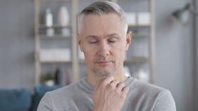 Спать уставший серый человек волос сток-видео