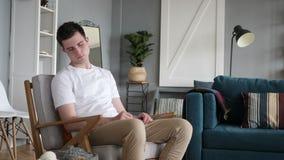 Спать утомленный человек пока сидящ на кресле видеоматериал