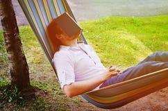 Спать человек в гамаке Стоковое фото RF