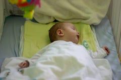 Спать babyboy в кроватке стоковое фото rf