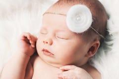 Спать newborn младенец в обруче на белом одеяле Стоковые Фотографии RF