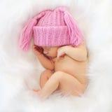 Спать newborn младенец в белизне Стоковые Изображения RF